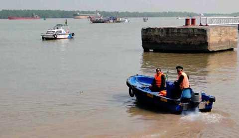 Lực lượng chức năng tìm kiếm thuyền viên mất tích