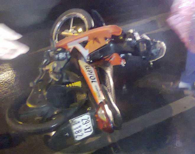 Chiếc xe máy của anh Hiếu tại hiện trường vụ tai nạn.  Ảnh: Otofun.
