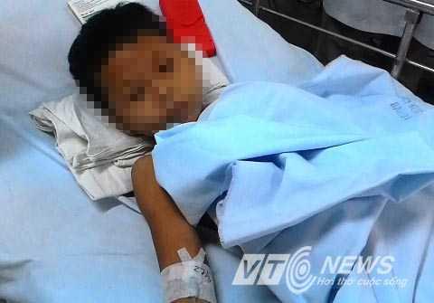 Cháu Huỳnh Văn Quác đã hồi tỉnh nhưng cần sự chăm sóc đặc biệt từ bác sỹ