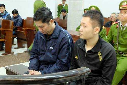 Bị cáo Nguyễn Mạnh Tường cúi gằm mặt tại phiên tòa sáng nay