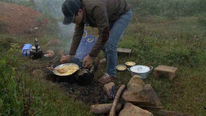 5h sáng hôm sau, trong khi tất cả gia đình đều ngủ say, tại nhà dâu tây, Hoàng Bách đã dậy từ sớm, nhóm củi, nấu nước, chiên cơm, làm đồ ăn sáng cho mọi người. Anh đánh thức Tê giác dậy ăn sáng và để Tê giác tự ăn và đi đánh thức mọi người.