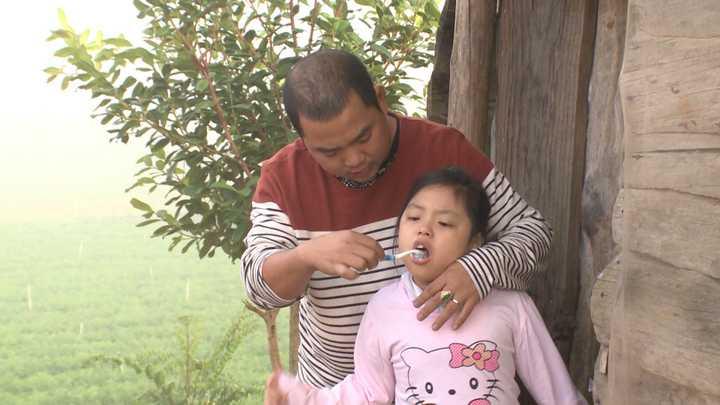 Minh Khang thức dậy, đánh răng và nhóm than, hơ ấm cho Suti. Sau khi vệ sinh xong, Bờm tự đi lấy đồ ăn sáng.