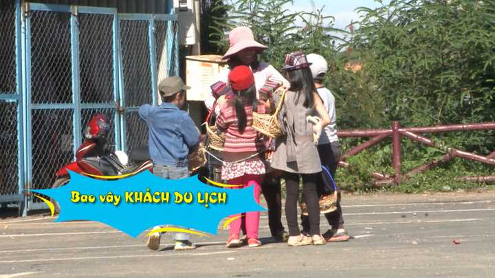 Xe jeep chở bốn bé đến bãi xe của khu              du lịch Lang Biang. Vừa xuống xe, Bờm đã nhanh nhảu rao hàng. Gặp một cô              bán hàng lưu niệm, bốn bé tưởng nhầm là khách du lịch, liền chạy theo              'chèo kéo'. Suti liền 'trả bài': 'Cô ơi! con là nhà của Thúy Hạnh, Minh Khang. Bác mua không?'. Sau khi bị từ chối, Bờm mới vỡ lẽ là mình nhầm: 'Nhìn bác ôm nhiều đồ thế cơ mà!'