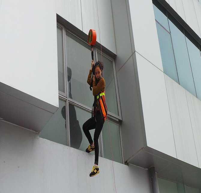 Người dân thử nghiệm sản phẩm dây thoát hiểm Sky Rescue Line.