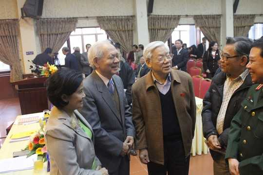 Tổng Bí thư Nguyễn Phú Trọng (thứ 3 từ trái qua) tiếp xúc với cử tri Hà Nội