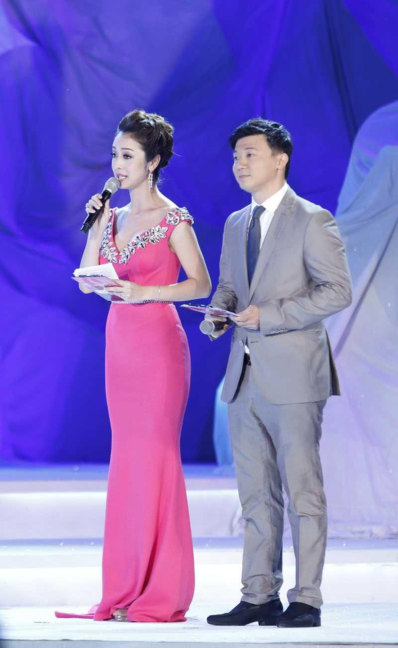 Đảm nhiệm vị trí MC sẽ là  Jennifer Phạm và Khắc Nguyện.