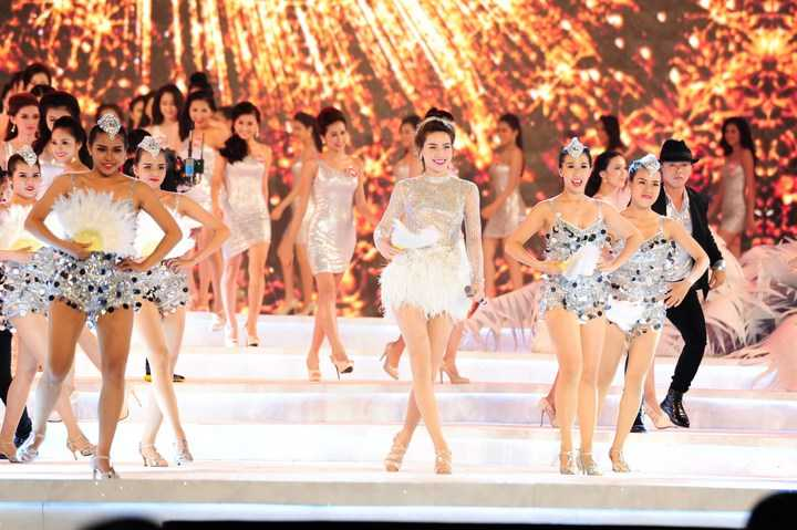 Mở đầu đêm thi, nữ ca sỹ Hồ Ngọc Hà đã xuất hiện cùng với 38 thí sinh của Hoa hậu Việt Nam với ca khúc Dancing all night