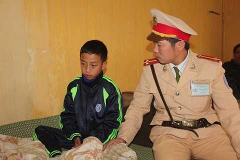 Cháu Trường tại trạm Cảnh sát giao thông Diễn Châu