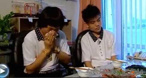 Bát Lưỡng Kim (trái) xúc động ôn chuyện cũ.