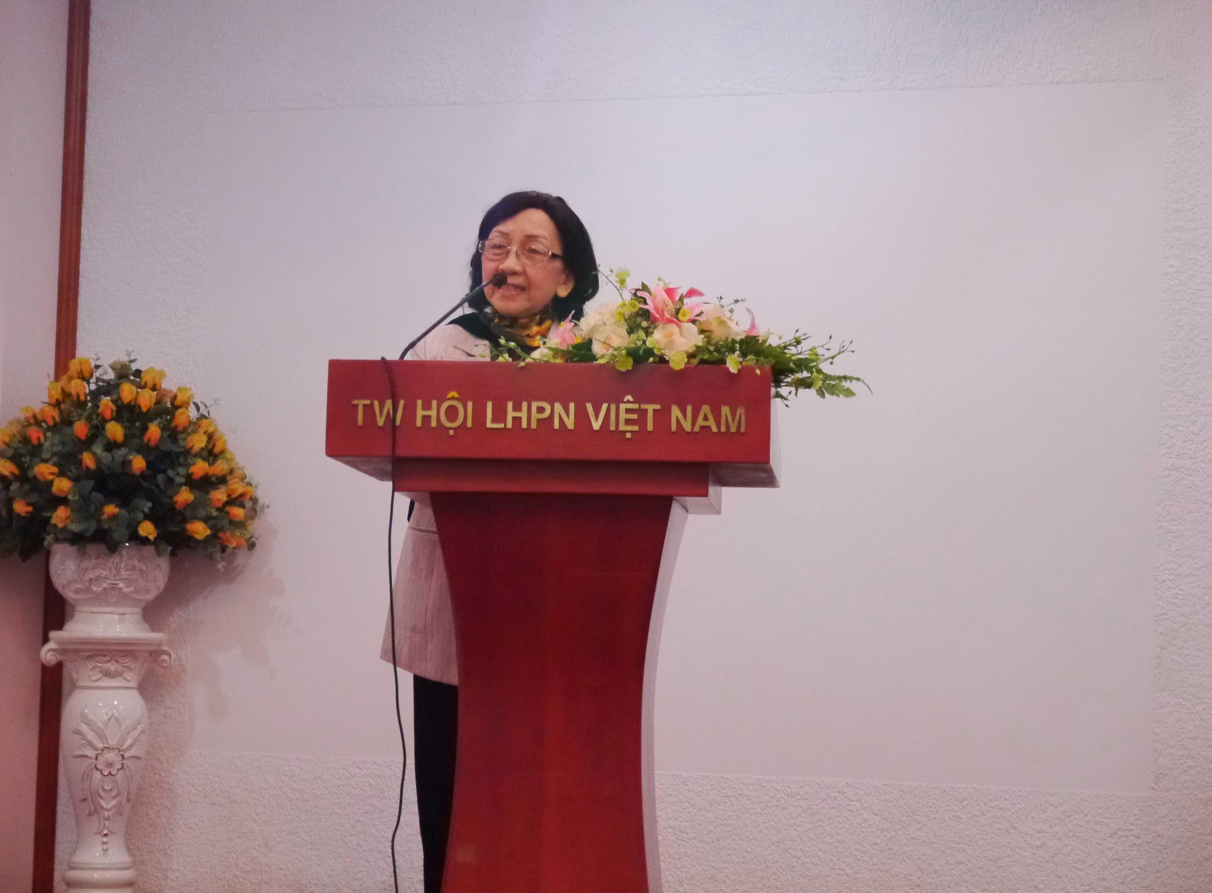 GS TSKH Phạm Thị Trân Châu - Chủ tịch Hội Nữ trí thức Việt Nam phát biểu tại hội nghị