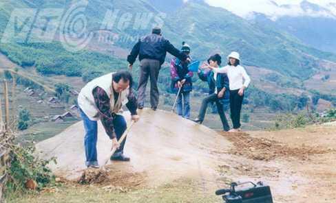Ông Trọng trong một chuyến chụp ảnh bãi đá cổ Sapa