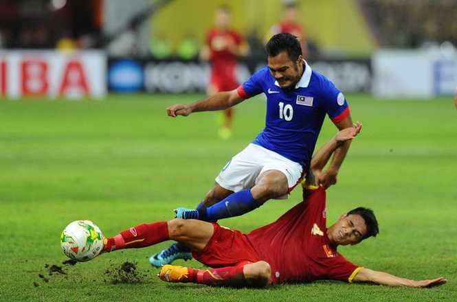 Tuyển Việt Nam chơi bóng đầy quả cảm