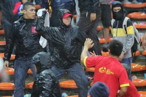 Những kẻ bịt mặt, mặc áo đen tấn công CĐV Việt Nam