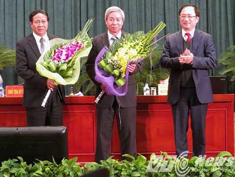 Ông Nguyễn Văn Thành - Ủy viên Trung ương Đảng tặng hoa ông Dương Anh Điền - Bí thư Thành ủy Hải Phòng vừa được bầu giữ chức Chủ tịch HĐND TP (đứng giữa) và ông Lê Văn Thành - Phó Bí thư Thành ủy, vừa được bầu giữ chức vụ Chủ tịch UBND TP Hải Phòng nhiệm kỳ 2011 - 2016 (bên trái) - Ảnh MK