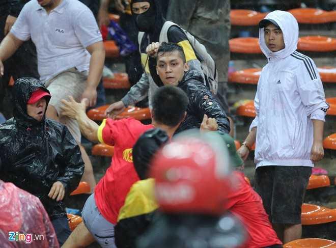 Vẻ hung hăng của những CĐV Malaysia quá khích (ảnh: Zing)
