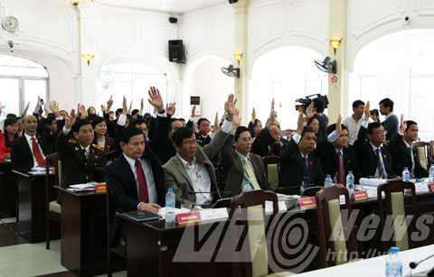 Đại biểu HĐND biểu quyết thông qua bỏ phiếu tín nhiệm