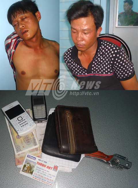 Đối tượng cướp giật bị bắt vào cơ quan công an vẫn đang còn