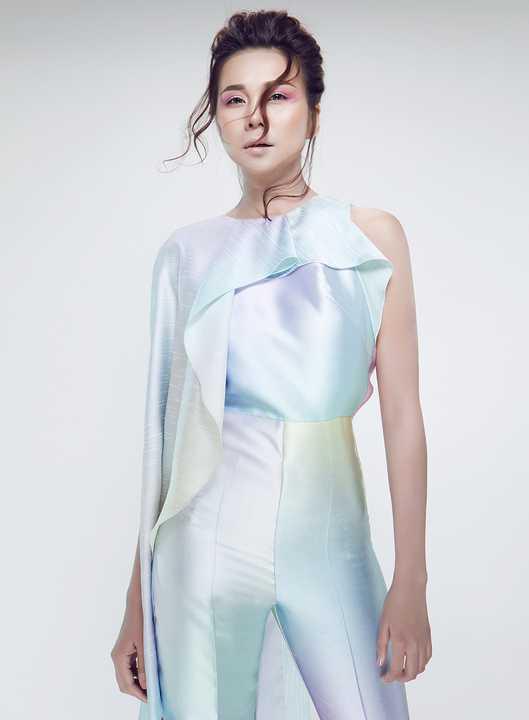 Thanh Hằng               thể hiện được thần thái của một siêu mẫu khi khoác lên mình những trang phục này.