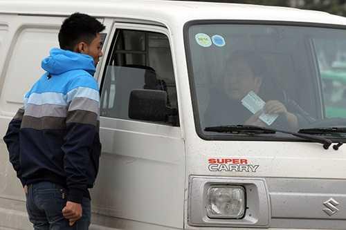 Dân phe mua lại vé của người không có nhu cầu đi xem ở sân (Ảnh: Việt Linh)