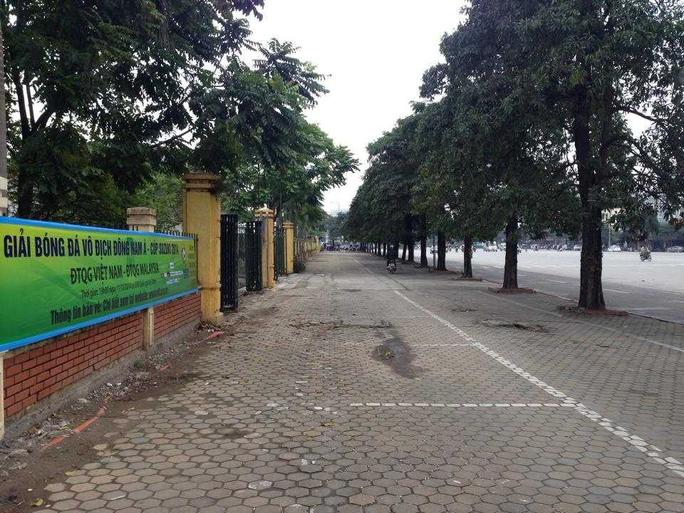Khu vực cổng Liên đoàn bóng đá VN vắng phe vé (Ảnh: Minh Chiến)