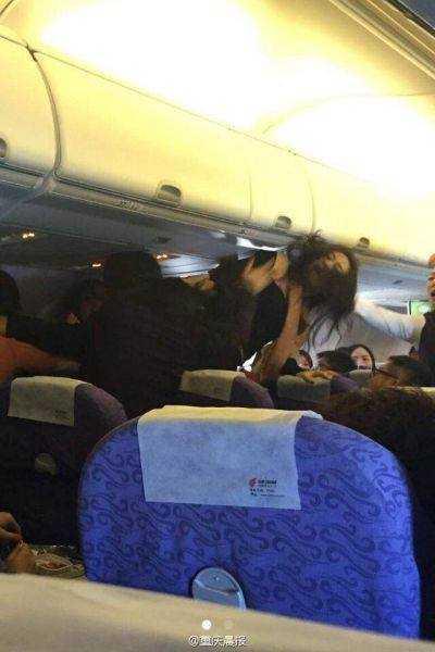 Nữ hành khách ẩu đả trên chuyến bay