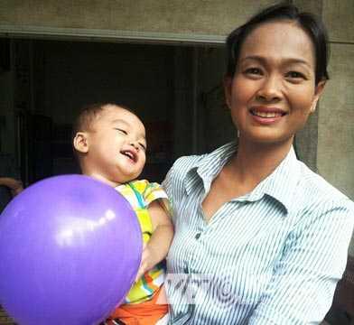 Bé trai 2 tuổi bị bỏ rơi trên taxi đã được cán bộ phường chăm sóc trong thời gian nửa tháng qua