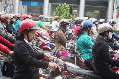 Hình ảnh người dân Sài Gòn mặc áo ấm ra đường