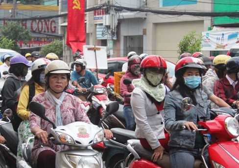 Nhiều người choàng khăn ấm để bảo vệ sức khỏe, chống cái se lạnh của thời tiết thu Hà Nội ngay tại TP.HCM