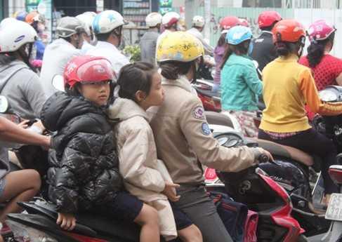 Các em nhỏ được phụ huynh chăm sóc đặc biệt khi được mắc áo ấm, đội mủ len, choàng khăn ấm...