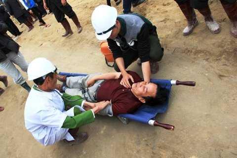 Diễn tập ứng phó tình huống khi các nạn nhân được cứu ra ngoài.                Ảnh: Thanh Phương