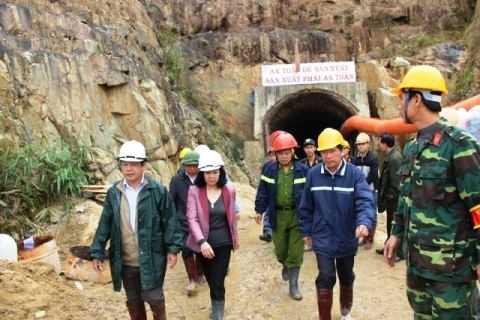 Thứ trưởng Bộ Xây dựng Lê Quang Hùng trong đoàn công tác cứu nạn cứu hộ. Ảnh: Thanh Phương