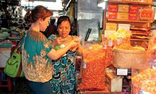 Người dân chọn mua thực phẩm tại chợ Phạm Văn Hai, quận Tân Bình.