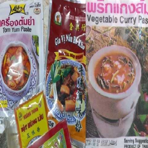 Nhiều loại gia vị của Trung Quốc, Thái Lan với giá rẻ được bày bán trên thị trường.