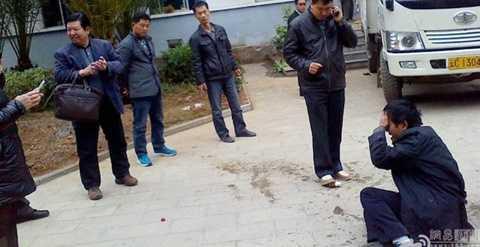 Hình ảnh Phó chủ tịch huyện Khảo Gia Đường Quốc Bưu cười khẩy trước cảnh một công dân uống thuốc sâu tự tử