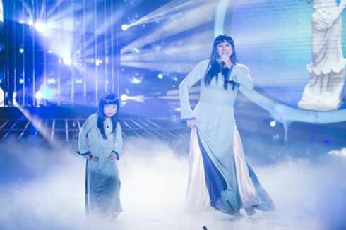 Uyên Nhi và Kyo York 'nhái' Ánh Tuyết hát Dòng sông xanh