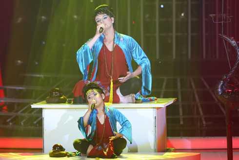 Kyo York và Uyên Nhi xuất thần khi hát Ngẫu hứng sông Hồng