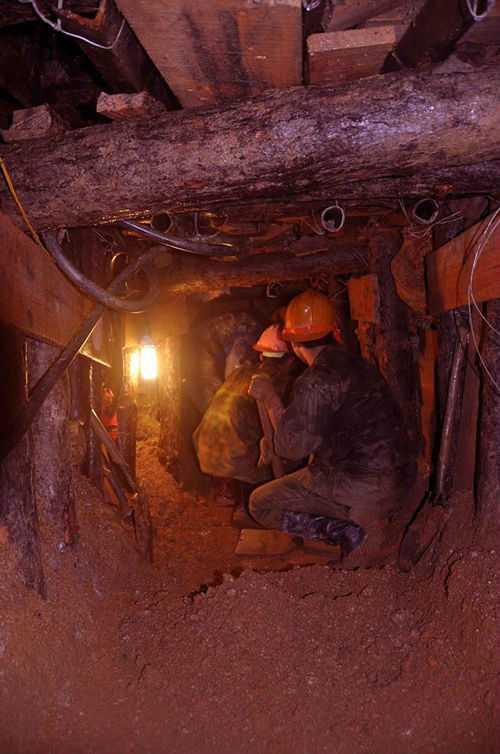 Lực lượng cứu hộ đào hầm cứu công nhân.