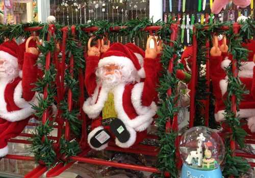Ông già noel luôn là mặt hàng không thể thiếu trong Giáng sinh. Ảnh: HC.