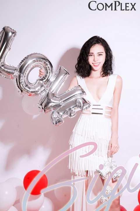 Photo: Dinky Hoàng - Make up: Kuny Lee - Stylist: Mun Nguyễn