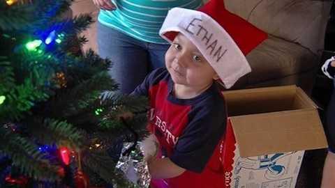 Giáng sinh là ngày lễ Ethan thích nhất. Gia đình và tất cả mọi người trong thị trấn đã giúp em thỏa ước mơ nhỏ bé này trong những ngày cuối đời