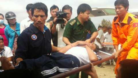 Thuyền viên bị nạn không thể tự đi đứng phải chuyển bằng cáng.