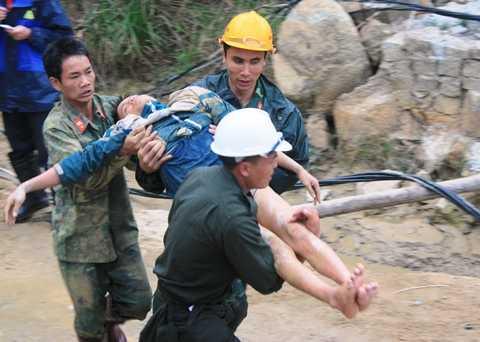 Những công nhân mắc kẹt được lực lượng công binh đưa ra khỏi hầm