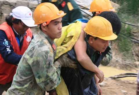 Dù đào hầm đã kiệt sức nhưng các chiến sĩ công bình vẫn gắng gượng cõng 12 công nhân mắc kẹt ra bên ngoài an toàn