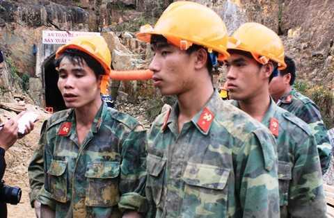 Các chiến sĩ công binh cuối cùng trực tiếp đào hầm trong thời điểm giải cứu người mắc kẹt