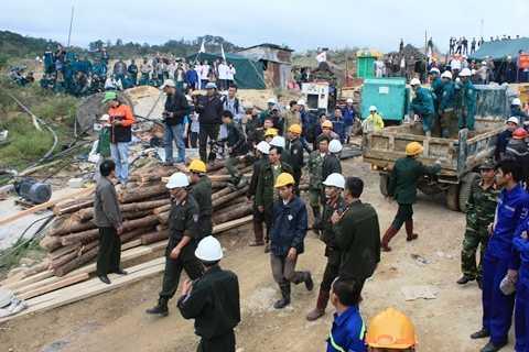 Lực lượng cứu hộ tham gia giải cứu 12 công nhân mắc kẹt tại hiện trường