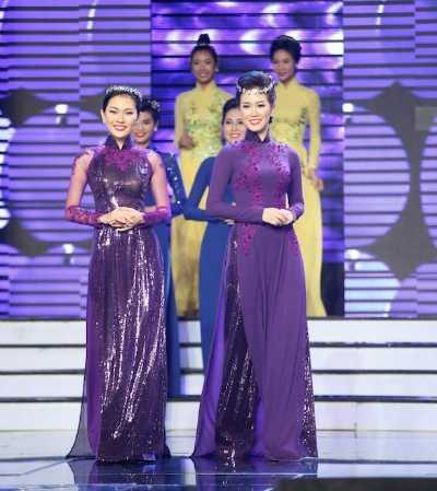 Ngọc Phi (bên phải) tự tin trong đêm diễn.