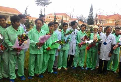 11 công nhân trong vụ sập hầm thủy điện được tặng hoa trước khi xuất viện, chỉ còn nữ công nhân duy nhất nằm lại điều trị.