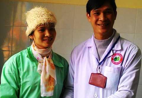 Chị Đặng Thị Hồng Ngọc do sức khỏe còn yếu phải nằm lại bệnh viện tiếp tục điều trị