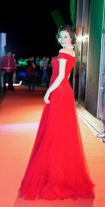 Cô diện đầm dạ hội dài với với tông đỏ nổi bật, phối hợp cùng chuỗi ngọc trai trắng sang trọng cùng kiểu tóc bới gọn tinh tế.