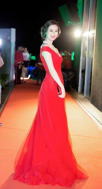 Sắc đỏ của trang phục tôn lên làn da trắng không tì vết khiến Khánh My đẹp kiêu sa.